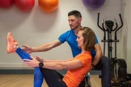 Séance de coaching à domicile, exercice en salle sur Bosu, renforcement musculaire des abdominaux et des fléchisseurs de hanches
