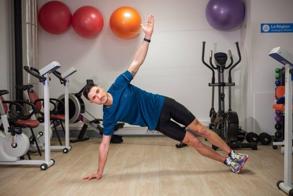 Séance de coaching, exercice en salle, Coach sportif Brunet Yoann, Gainage latéral bras tendu