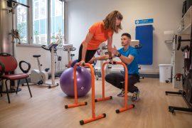 Séance de coaching à domicile, exercice en salle sur Bosu, renforcement musculaire des abdominaux et pompes